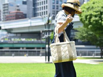 白っぽい色が春夏らしいこちらのかごバッグ。麦わら帽子をあわせると、夏にもぴったりのコーデになりますね。