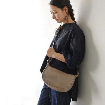 落ち着いたカラーのおしゃれなショルダーバッグです。動きやすいパンツスタイル に合わせれば、レザーでもカジュアルな印象にしてくれます。