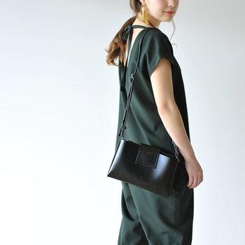 四角いタイプのショルダーバッグは、小さめサイズなら黒色でも重さを感じさせません。パンツやスカート、カジュアルでもフォーマル でも、どんなファッションにもあわせやすいので、ひとつは持っておきたいアイテムですね。