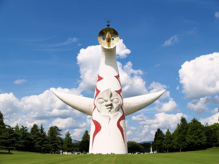 岡本太郎の名前を世に知らしめたのが、1970年に開催された日本万国博覧会(大阪万博)のシンボル「太陽の塔」です。過去・現在・未来を象徴する3つの顔を持つ、高さ70メートルの巨大なモニュメント。