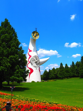 岡本太郎といえば太陽の塔が有名ですが、それ以外にも数多くのオブジェやモニュメントを残しています。年月を経ても変わらない圧倒的な個性を放つ作品たち。身近なパブリックアートを訪れて、彼の魅力に触れてみませんか?