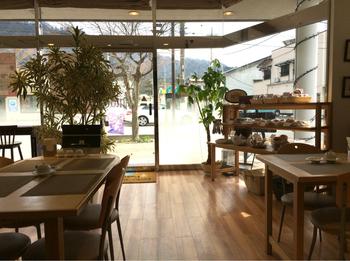 白木の家具を基調とした店内は、大きなガラス窓が印象的。外の景色を眺めながらゆっくり過ごしたい方におすすめです。