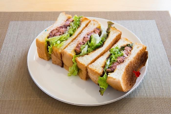 ここは日光ブランド豚「HIMITSU豚」がいただけるカフェとしても知られています。こちらのチャーシューサンドは、薄切りのチャーシューとレタス、白髪ねぎを甘辛いソースと一緒に挟んだサンドイッチ。鬼怒川散策を始める前に、ここでお腹を満足させてから出発するのも◎