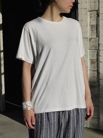 素材の良さで人気の「TOUJOURS(トゥジュー)」のサイドスリットTシャツ。程よい身幅と首元の開き具合で、こなれ感のある大人のカジュアルスタイルを演出してくれます。