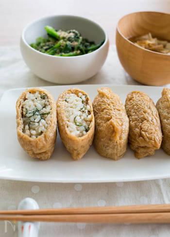 いなり寿司はお弁当箱に詰めやすく、冷凍保存もきくのでお弁当にちょうどいいレシピ。 こちらのレシピでは、いなりに大葉と鶏そぼろの混ぜご飯を多めに詰めて、ふっくらと仕上げています。大葉の爽やかな風味をいかすため、いなりの味付けは甘さ控えめがオススメです。
