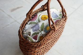 カゴバッグの中が気になる人は、こんな風にお気に入りの布をかぶせるのがお勧め。使うハンカチや手ぬぐいによって印象を変えるのを楽しめます。