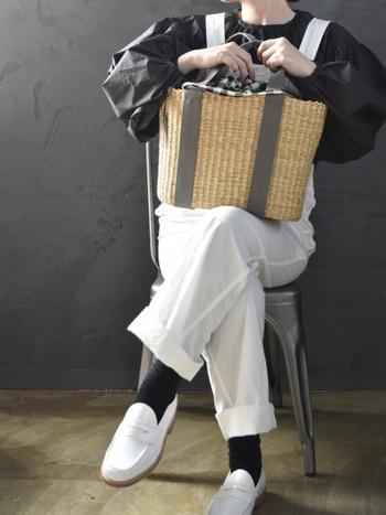 丸みのあるしっかりとしたカゴに、トートバッグらしい取っ手が可愛らしいかごバッグ。エレファントストローで編まれています。
