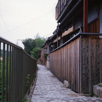 尾道の風情ある街並みは映画のロケ地としても人気で、日本を代表する映画監督たちから愛されています。とくに尾道出身の大林宣彦監督が尾道を舞台として撮った『転校生』『時をかける少女』『さびしんぼう』は尾道三部作として多くの映画ファンから愛されています。