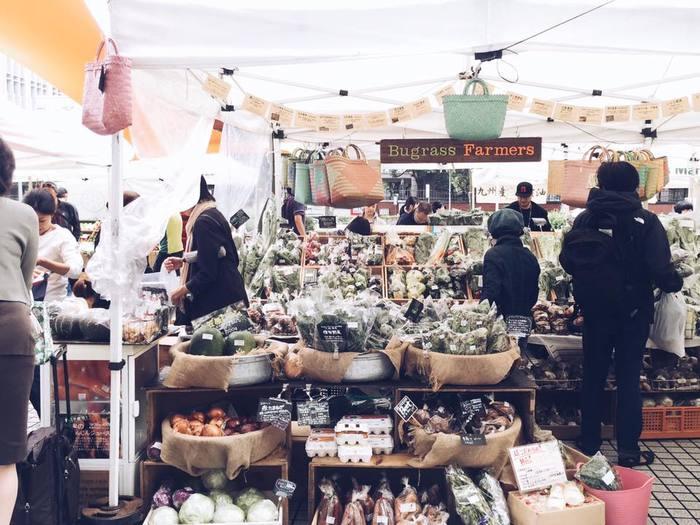 青山の国連大学前で、毎週土・日曜日に開催されるマーケット。食べ物を「一番身近な自然」ととらえ、農家、料理人、職人、そして都市に暮らす人々が形づくるコミュニティです。90軒以上の農家のほか、加工品・飲食店などが参加者として名を連ね、季節ごとのにぎわいを作り出しています。