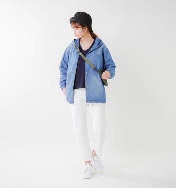 ボーイッシュなパンツルック。春コーデは爽やかな雰囲気にまとめることを意識してみて。白のパンツ×白のスニーカーなら、ぐっと軽やかに仕上がります。黒のインナーできゅっと引き締めつつ、ブルーのジャケットで涼やかさをプラス。
