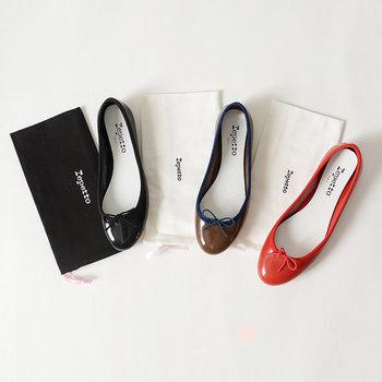 """バレエシューズと言えば「repetto(レペット)」を思い浮かべる方も多いのでは?こちらは、アイコンシューズである""""Cendrillon(サンドリオン)""""のデザインはそのままに、雨の日でも履ける素材に仕上げた頼りになる一足です。レインブーツは合わせる洋服を選びがちですが、このバレエシューズなら気軽に履けて便利。もちろん晴れの日だって大活躍◎。"""