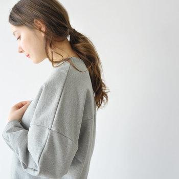 スウェット素材のアイテムは合わせる洋服を選ばず、着回し力も抜群な優秀さを持っています。ぜひベーシックなカラーを何色か揃えて、着る度に表情が変わるスウェットの着こなしを楽しんでみてくださいね♪