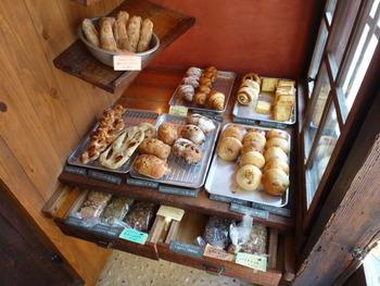 大人1人が入るといっぱいの小さなスペースの横に、パンが並んでいます。どれも美味しそうで、悩んでしまいますね。