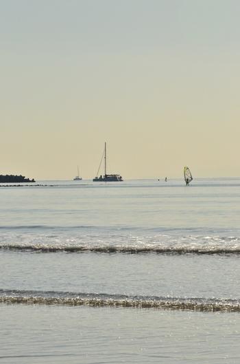 材木座海岸でマイペースにビーチヨガをしたりするのも素敵ですね。お店の人や地元の常連さんにおすすめのアクティビティを聞いたりと、材木座の魅力に触れてみてくださいね。
