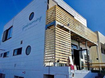 この材木座に魅せられて、この地で新しいお店をはじめられる人も少なくありません。こちらの「海宿食堂 グッドモーニング材木座」は、2016年、材木座にオープン。お店の前には、材木座海外の真っ青な海が広がります。