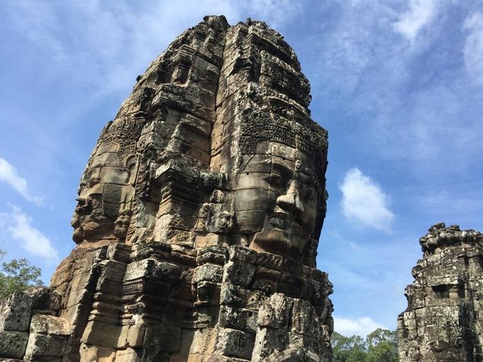 カンボジア北西部にあるトンレサップ湖近郊の街、シェムリアップ郊外に点在するアンコール遺跡群は、9世紀から15世紀にかけて繁栄したクメール王朝の遺構です。