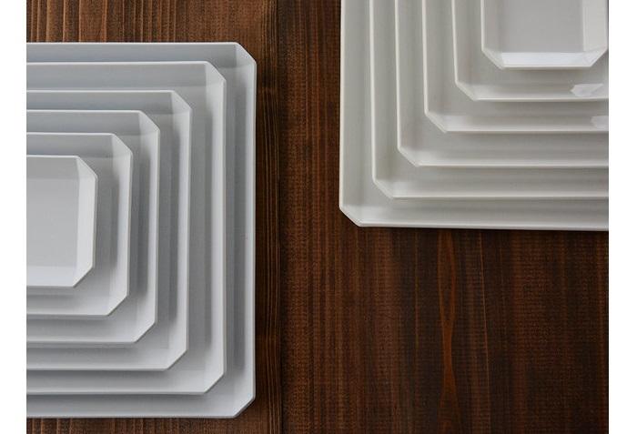 デザイナー柳原照弘氏と有田焼の伝統技術のコラボが生んだ『TY スタンダードシリーズ」』(1616/arita japan)。 白磁の美しさが冴えるスクエアなお皿は、和洋のコーディネートを選びません。