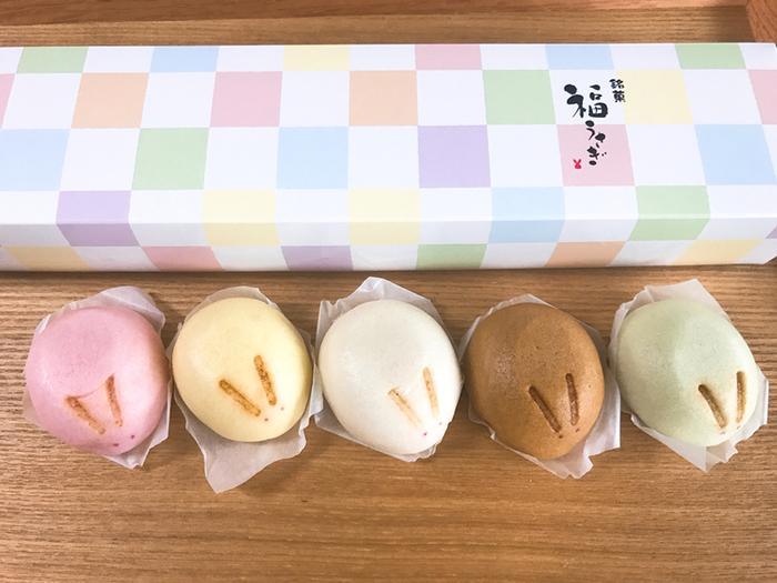 色とりどりなところも魅力で、中に入っているあんにも種類があります。金沢の名産品を生かした、ホワイトは五郎島金時、茶色は能登大納言、黄緑は棒茶、ピンクは能登産かぼちゃ、イエローは石川県産ゆずなどを餡に使っていますので、じっくり味わって食べてみてくださいね。