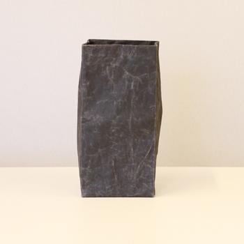 「ナオロン」という新開発の和紙素材を用いた箱は、和紙でありながら水に強くとっても丈夫。くしゃくしゃっとした使い込んだような風合いも素敵です。