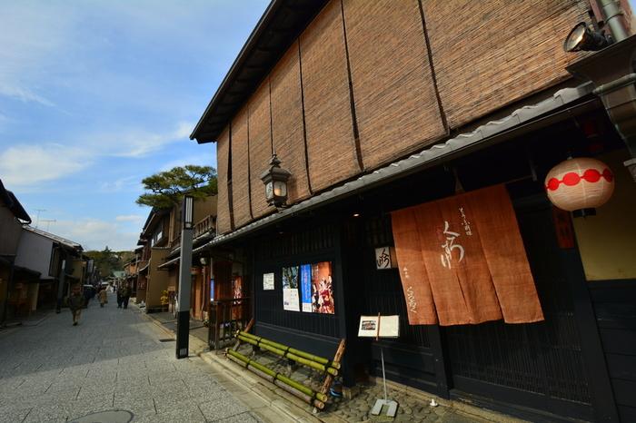 いかがでしたか?今回はカフェからお宿まで様々な京町家を紹介しました。どこも伝統的な風情溢れる外観からは想像できない、現代にマッチする洗練された素敵な空間ばかり。  お店によって個性があるので、色んなリノベーション町家を訪ねてみたくなりますね。京都にお出かけの際はぜひともルートに入れてみて下さい。