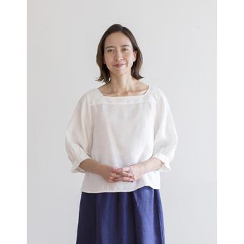 さらりとした肌触りの「リネン」は、これから汗ばむ季節にぴったりの素材です。いつもお世話になっているお母さんへ「ありがとう」の気持ちを込めて、上質なリネン素材のシャツをプレゼントしてはいかがでしょう。シンプルなリネンシャツはパンツにもスカートにも合わせやすく、これからの季節の様々なコーディネートに活躍してくれます。