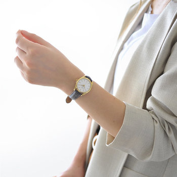 シンプルで上品なデザインの腕時計はどんなスタイルにも合わせやすく、オン・オフ問わず様々なシーンで身に着けることができます。また、腕時計は時間を知るためのツールであると同時に、女性の手元をおしゃれに演出してくれるアイテムです。実用性だけではなく、コーディネートのアクセントとしても活躍しますよ。