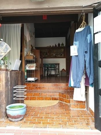 外観のみならず、建物のなかも生活感たっぷり。鎌倉のあたたかい日常を体感できますね。 お部屋は、2つの個室と、1つのドミトリーの、合計3部屋。お店の方や、一緒に滞在するお客さん同士、リラックスして会話を楽しめそうです。