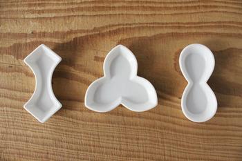 幾何学模様の箸置きはシンプルで、スタイリッシュな食卓を演出するのに最適です。かたち違いのお揃い箸置きがあるだけで、食卓に一体感が生まれます。
