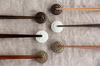 韓国の李朝時代の餅型をモチーフにした、まるいかたちがキュートな箸置きです。まるで陶器のブローチのよう。艶やかでころんとした箸置きは、あまり日本では見られないものですよね。インパクトの欲しい食卓に。