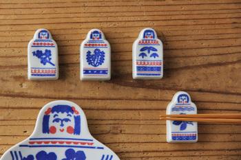 倉敷意匠とkata kataがコラボして生まれた印判手箸置きは、おかっぱの可愛いこけしのイラストがちょっぴりユーモラス。胸のところには異なる植物が描かれています。