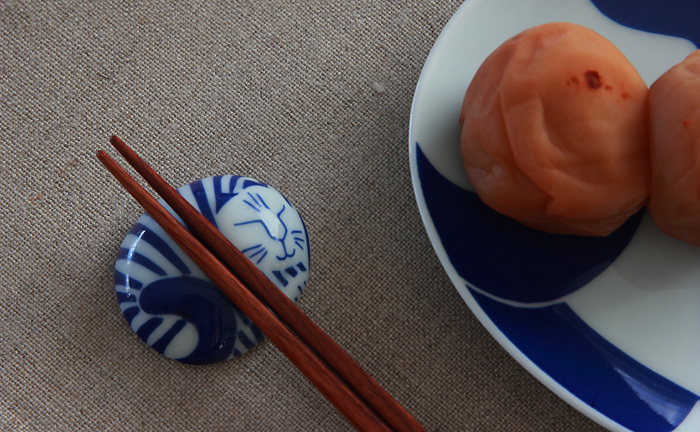 リサ・ラーソンがデザインし、日本の有田焼で仕上げた箸置きは、猫のキュートな表情に釘付けになってしまいます。五個セットのひとつひとつが、柄違いになっており、どれを使おうかと毎日迷ってしまいそうです。