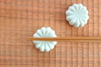 こちらは淡いペールブルーの上品な印象の箸置きで、インテリアとしても美しいアイテムです。家紋のようにも見えて、落ち着きもありますね。