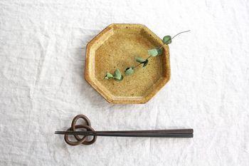 プレッツェルを象った箸置きは、日本古来から続く水引のようにも見えて、とても優雅なイメージです。箸をのせたすがたも美しいですね。