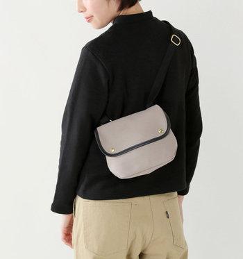また、先ほどと同じ位置でバッグを後ろにまわした斜めがけもおしゃれです。背中にフィットしてすっきり。