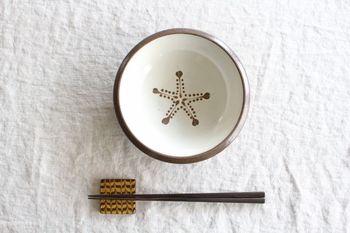 こちらはスリップウエアと呼ばれるヨーロッパの伝統的技法を使って作られた箸置きです。チョコレートのような質感で、なんだかとても美味しそうです。