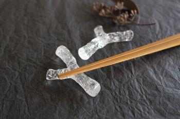 ガラスで小枝を再現した美しい箸置きです。細かな気泡が入っていて、ひとつひとつ個性的な表情があらわれています。