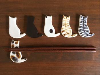 後姿がキュートな猫ちゃんの箸置きは、しっぽがぴょんとあがって目を惹きます。フラットなタイプの箸置きなので、食卓をすっきりと見せてくれます。