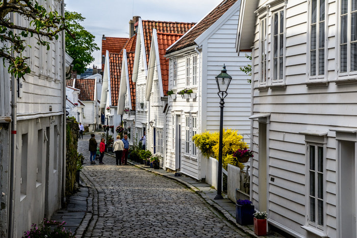 今回は、そんな北欧らしい古い木造建築と石畳が並ぶ街並みと、情緒溢れる港町の風景が印象的なスタヴァンゲルというこの地で生まれた、ヴィンテージのテーブルウエアをご紹介いたします。