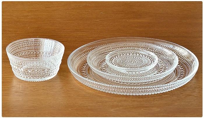 フィンランドを代表するデザイナーの一人Oiva Toikka(オイバ・トイッカ)が、朝露のしずくにインスピレーションを得てデザインした『iittala Kastehelmi(イッタラ カステヘルミ)」。 2010年のリバイバル以来、再び世界的な人気を博しています。透明なガラスと白いうつわとのコーディネートはロマンティックなニュアンスを出せますし、料理やテーブルクロスによる雰囲気の変化も多彩に楽しめます。