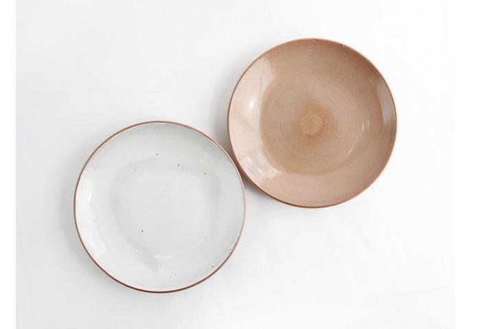 """鹿児島を拠点に""""食卓に太陽を""""をテーマに作陶を続ける城戸雄介氏の磁器ブランド「ONE KILN・ワンキルン」のお皿は、同県最南西端にある坊津の土と熊本県に産出される天草陶土の融合からつくられました。煮物、揚げ物、サラダにと、日々、重宝しそうです。"""