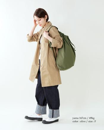 トレンドのカーキをダッフルバッグに落とし込めば、旬感溢れるコーディネートが完成。ミリタリーな雰囲気が、デニムスタイルをとことんメンズっぽく仕上げます。