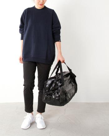 ツヤめくシャイニーなダッフルバッグで、旅の装いに遊び心をプラス。これならダークな着こなしでも、味気ない印象にはなりません♪