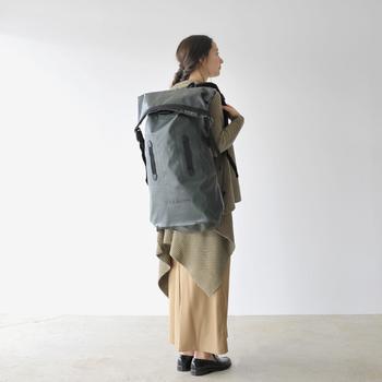 セメントグレーが特徴的なダッフルバッグは、本格派なつくりでありながらアーバンな表情。ロングスカートにローファーなんていう着こなしにも、なぜかしっくりハマります。