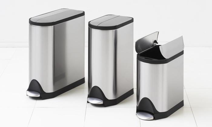 ステンレス製のお手入れのしやすいゴミ箱。手がふさがっていても開けられるフットペダル機能です。台所はもちろん、リビングに置いてもかっこいい。