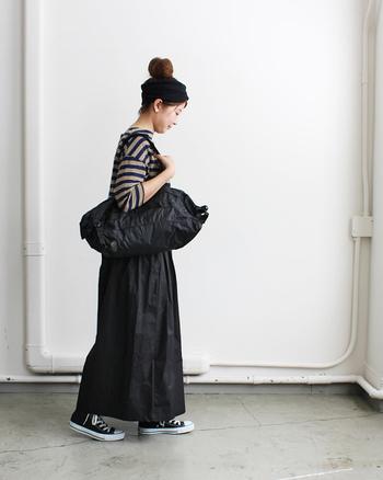 デイリースタイルに馴染む大きさと、十分な機能性を備えたダッフルバッグ。行楽が多くなるこれからの季節には、まさに持ってこいのアイテムです。
