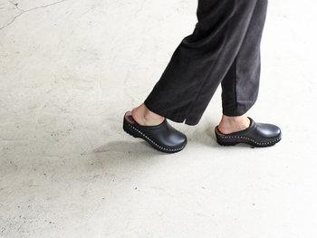 こちらは突っかけるタイプのクロッグ。足裏にぴたっと沿うインソールのおかげで、木靴とは思えない快適な履き心地を実現しています。靴下との組み合わせを楽しむのもオシャレですが、春夏は素足で履いても◎。