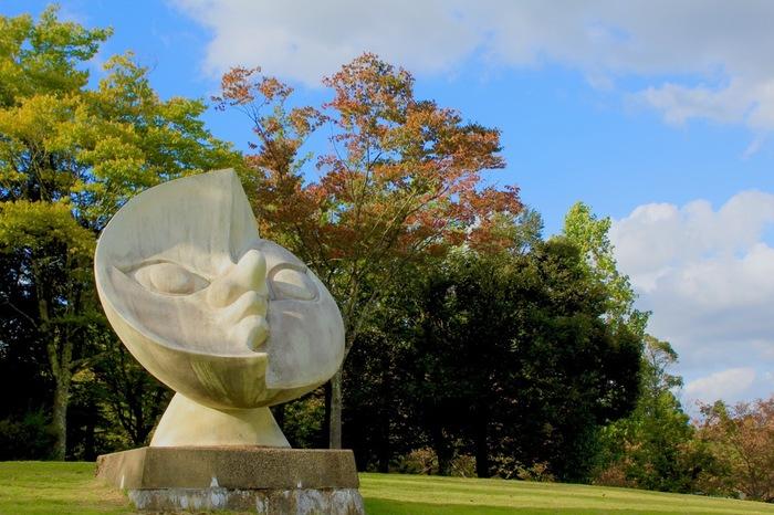 縁があり、この地で陶芸に挑戦していた岡本太郎。旧宮崎村の村制100年記念に設置する彫刻の一つとして「月の顔」を制作しました。男性と女性の2つの顔を持つこの月には、「ふたつが一体になって完全体になる」という理念が込められているんだとか。角度によっては三日月形に見えるので、ぜひグルリと周って見てみてください。