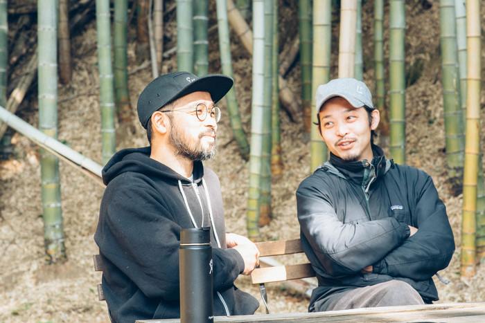 「青果ミコト屋」代表の鈴木さん(左)と、山代さん(右)。事務所の裏に広がる気持ちのよい竹林でお話を伺った