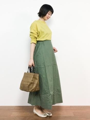 重見えが心配なカーキのボリュームスカートも、イエロー効果で軽快にシフト!コロンとしたバッグやバレエシューズを投入すれば、春らしい可憐なコーディネートに仕上がります。