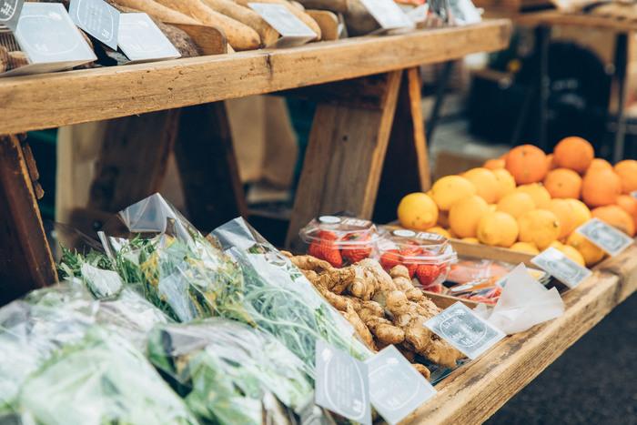 取材した3月上旬は、冬野菜が終わり春野菜が出回る前の端境期にあたる。「野菜の種類は少ないけれど、この時期ならではのものもあるんですよ」と鈴木さん。手作りの切り干し大根や玄米餅などもならぶ楽しい顔ぶれ